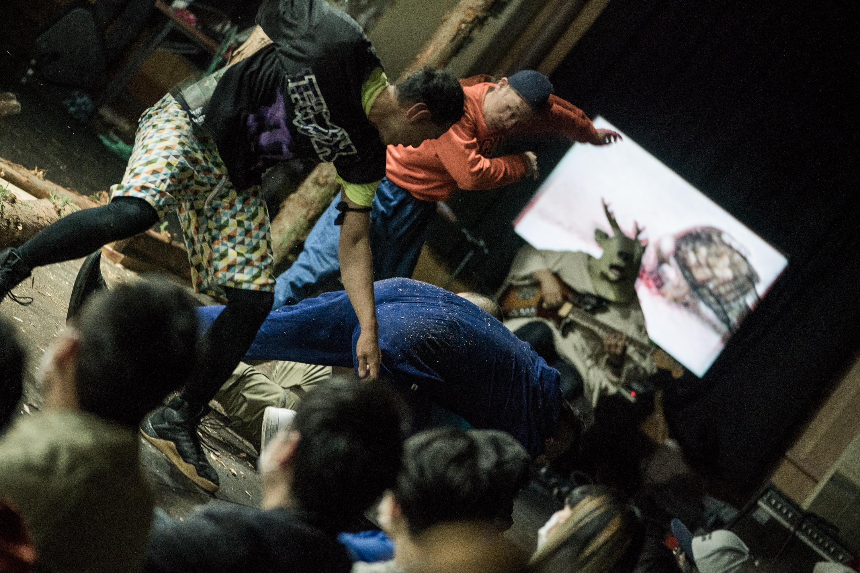 ホンマタカシ×コンタクトゴンゾ『鹿を殺すと残る雪』(撮影:井上嘉和)