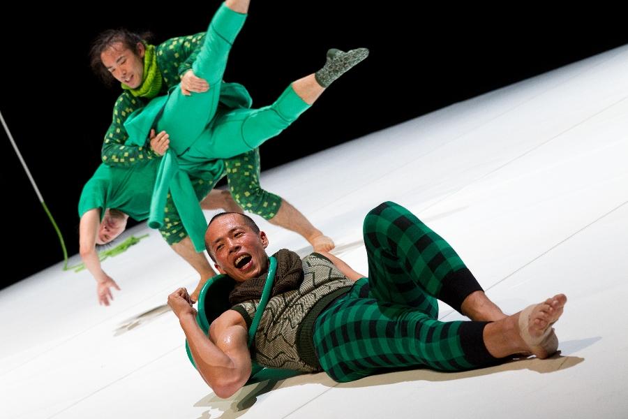 大植真太郎『イキキル』(2010)/新国立劇場 Photo by Matron