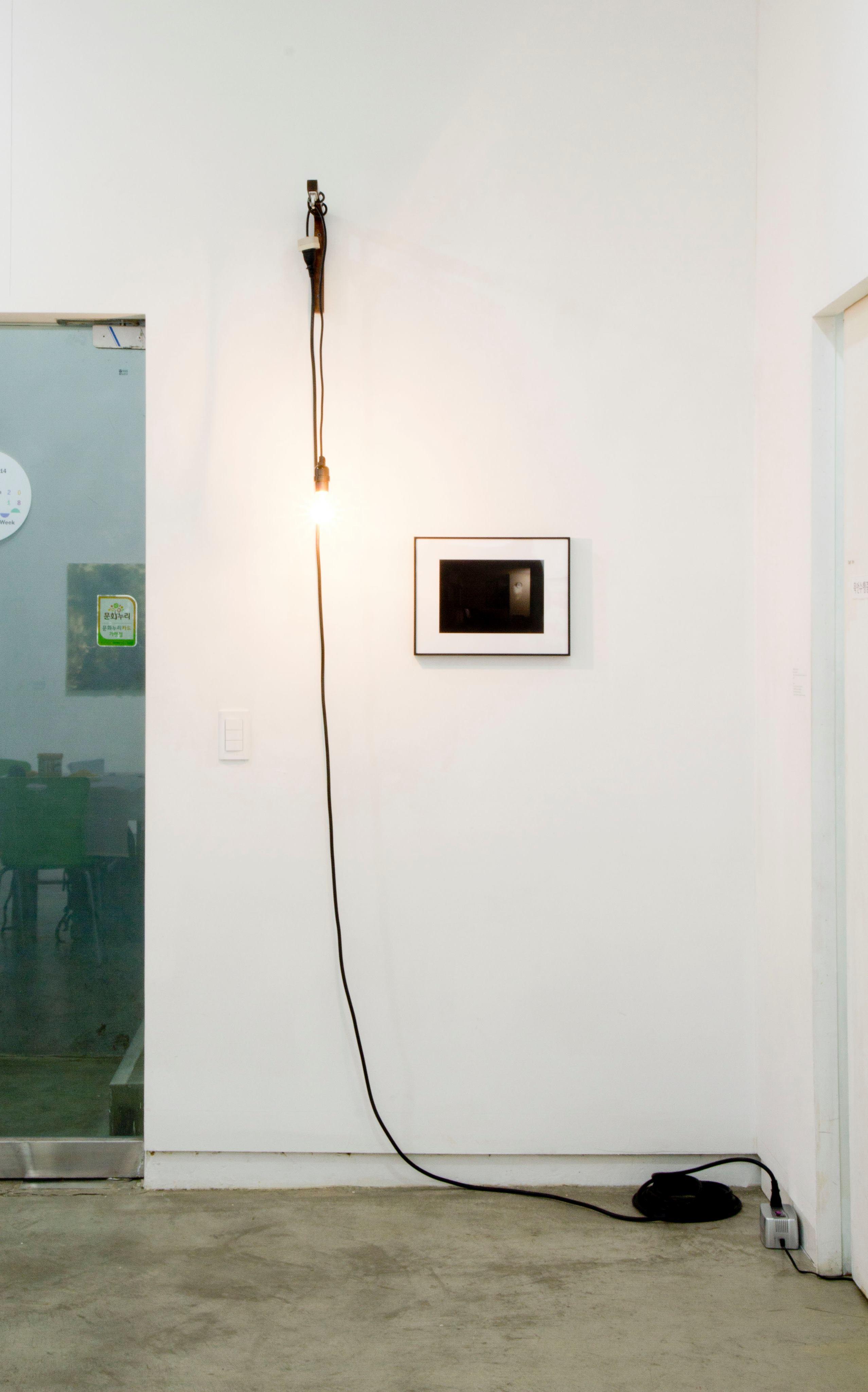 寺岡海《自宅の照明を離れた場所で点灯する》2018