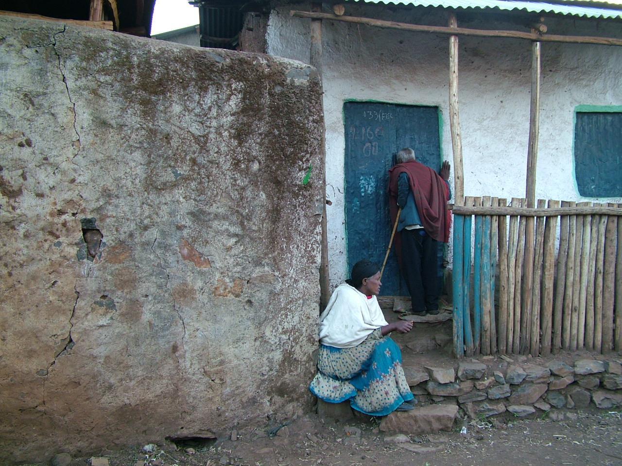 """上映予定映像①《ラリベロッチ-終わりなき祝福を生きる-》 30分(監督:川瀬慈) エチオピア高原の吟遊詩人""""ラリベロッチ""""による門付(かどづけ)を記録した作品。 早朝に家の軒先で唄い、乞い、金や食物を受け取ると、その見返りとして人々に祝詞を与え、次の家へと去っていく。芸能を生み出す根源的な力がエチオピアの路上に生きている。"""