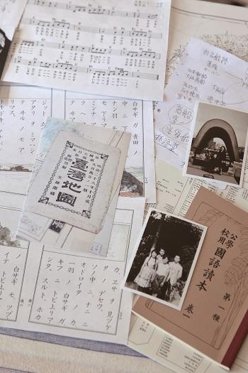 川村がリサーチで入手した資料(台湾の古地図や台湾の公学校で使われていた日本語の教科書など)