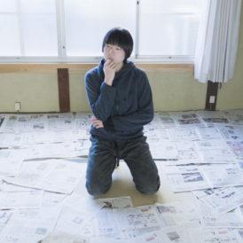新聞を選ぶ畑中良太(※映像のワンシーンよりの抜粋)