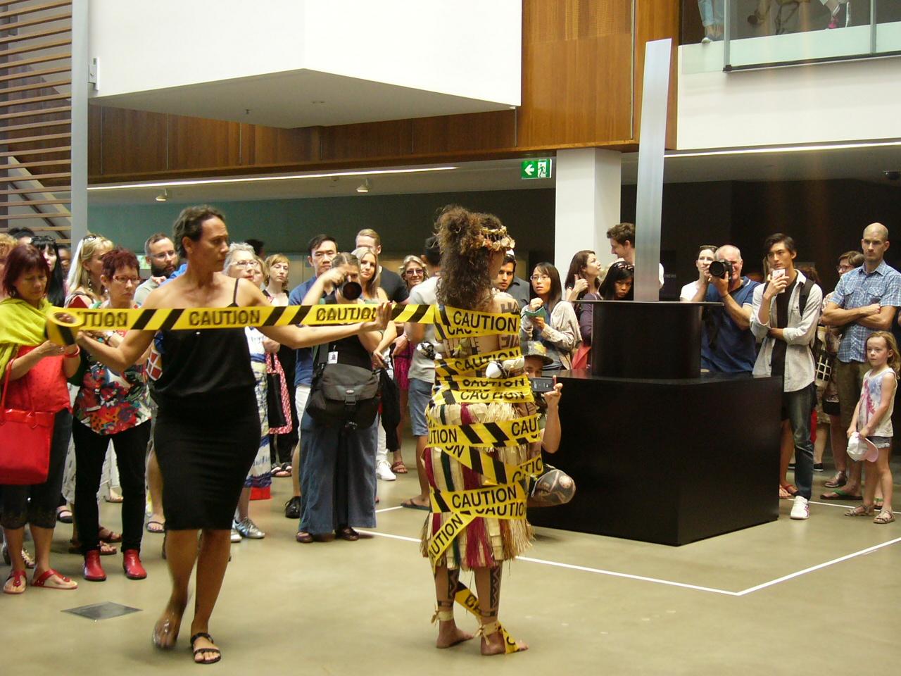 参考画像 Yumi Danis, Julia Mage'au Gray and Sunameke Performance for the 'The 8th Asia Pacific Triennial of Contemporary Art', Gallery of Modern Art, Brisbane, 21-22 November 2015. Courtesy: Queensland Art Gallery ׀ Gallery of Modern Art.