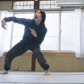こどもたちの俳句からダンスをつくり踊る、畑中良太(※映像のワンシーンより抜粋)