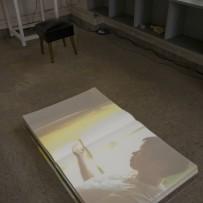 かなもりゆうこ「手の物語」2013年 ビデオ・インスタレーション、大型の本に投影 出演:納谷衣美 (photo by Shinya Kitaoka)