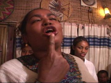 """上映予定映像②《ドゥドゥイェ‐禁断の夜‐》 14分(監督:川瀬慈) エチオピアの音楽職能集団""""アズマリ""""の芸。 過剰な性描写の唄、パフォーマンスをながまわしのワンショットにおさめた。"""