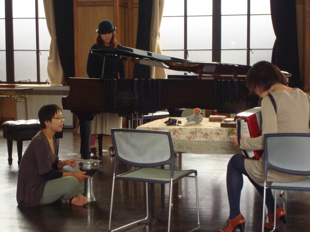 昨年12月「即興音楽の部屋」(2012年12月/京都芸術センター) …三日間とぎれることなく即興演奏が続けられた。
