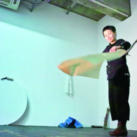 パフォーマンス「失われ島への到着の仕方」2012年 演出・構成:かなもりゆうこ 出演:納谷衣美 (photo by Shinya Kitaoka)