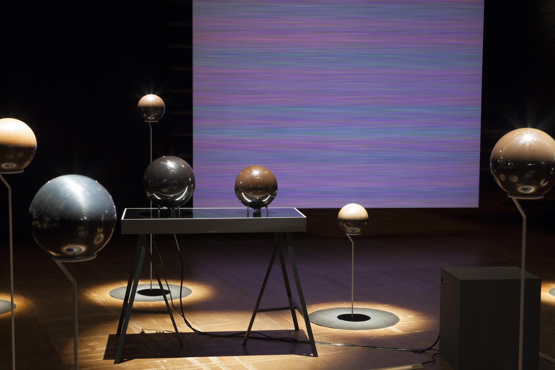 八木良太 「Video Sphere   Sound Sphere」 2014 インスタレーション(プロジェクター、カセットテープ他) 神奈川芸術劇場(神奈川) Photo by Gosuke Sugiyama