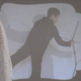 かなもりゆうこ「Memoriae(メモリエ)」2012年 ビデオ・インスタレーション 出演:納谷衣美 (photo by Shinya Kitaoka)